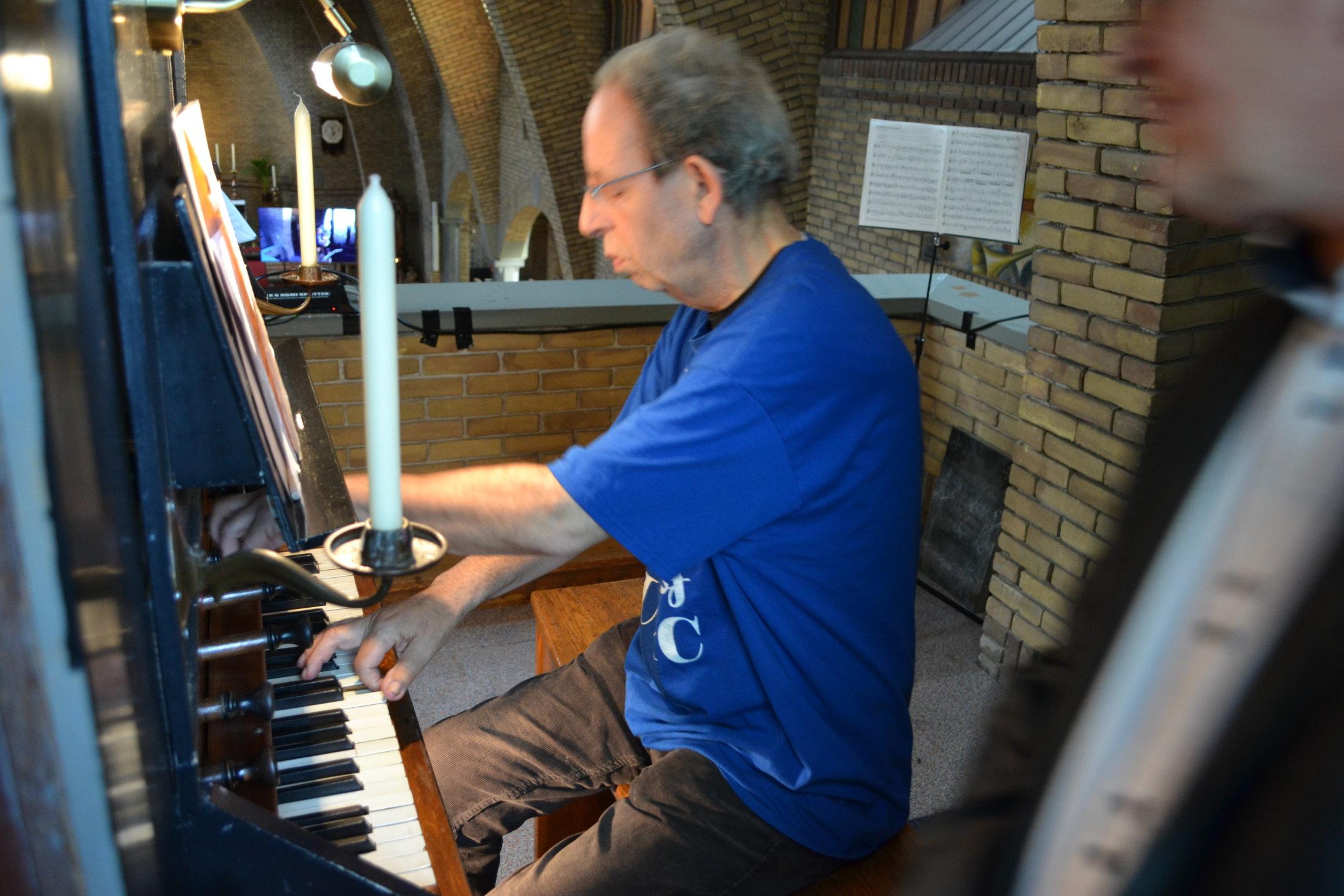 Wout Kalkman op zijn geliefde orgel
